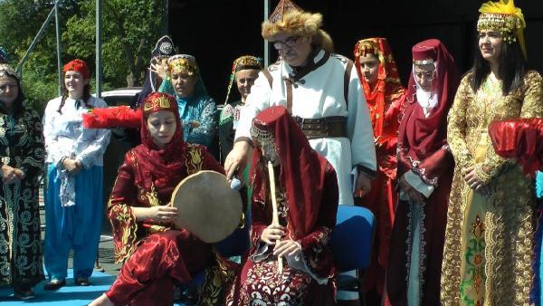 almanyada-geleneksel-turk-kiyafetleri-defilesi-duzenlendi_8666_dhaphoto5.jpg