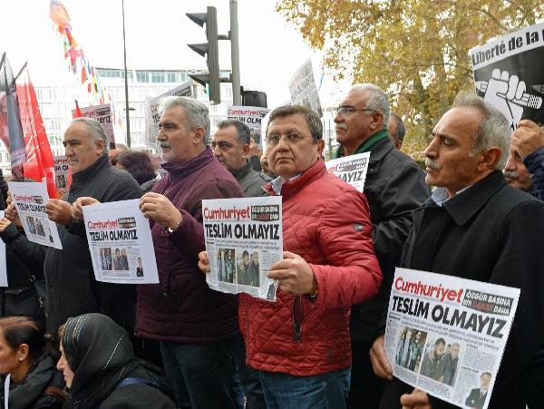 chp-uyelerinden-cumhuriyet-gazetesine-dayanisma-gosterisi-yapildi_1086_dhaphoto1.jpg