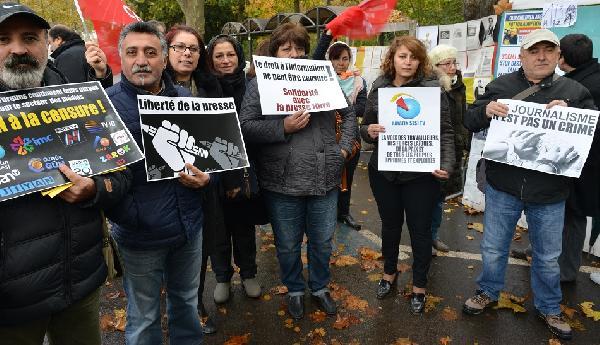 chp-uyelerinden-cumhuriyet-gazetesine-dayanisma-gosterisi-yapildi_1086_dhaphoto4.jpg