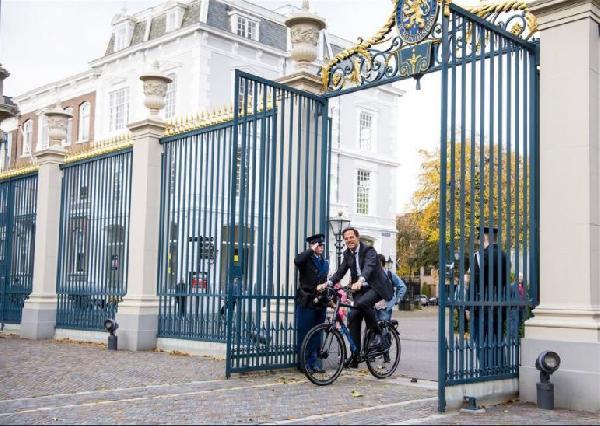 hollanda-basbakani-kral-ile-gorusmeye-bisikletle-gitti_7106_dhaphoto2-(1).jpg